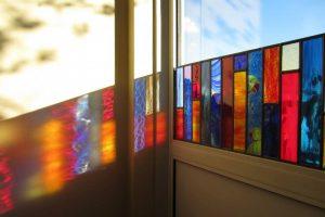 De kunst van brandschilderen: een veelkleurig glas-in-loodraam.