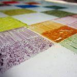 Een afbeelding van een glasplaat met emailles voor het brandschilderen | door glasatelier ruud harberts