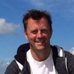 Een afbeelding van Ruud Harberts met een blauwe lucht als achtergrond